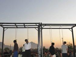 İran tecavüzcüleri halkın önünde astı