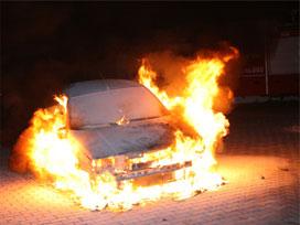 Diyarbakır'da park halindeki bir araç yandı