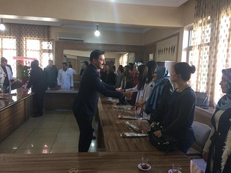 Bismil İlçe Emniyet Müdürü, 24 Kasım'da öğretmenlere karanfil dağıttı