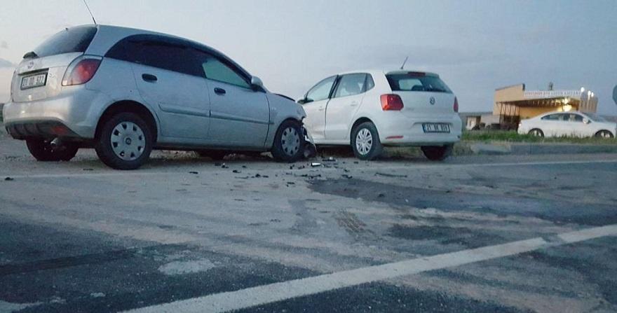 Anayola kontrolsüz çıkan araç kaza yaptı: 5 yaralı