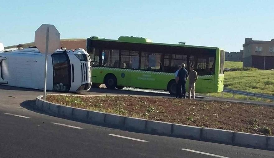 Belediye otobüsü ile işçileri taşıyan minibüs çarpıştı: 10 yaralı