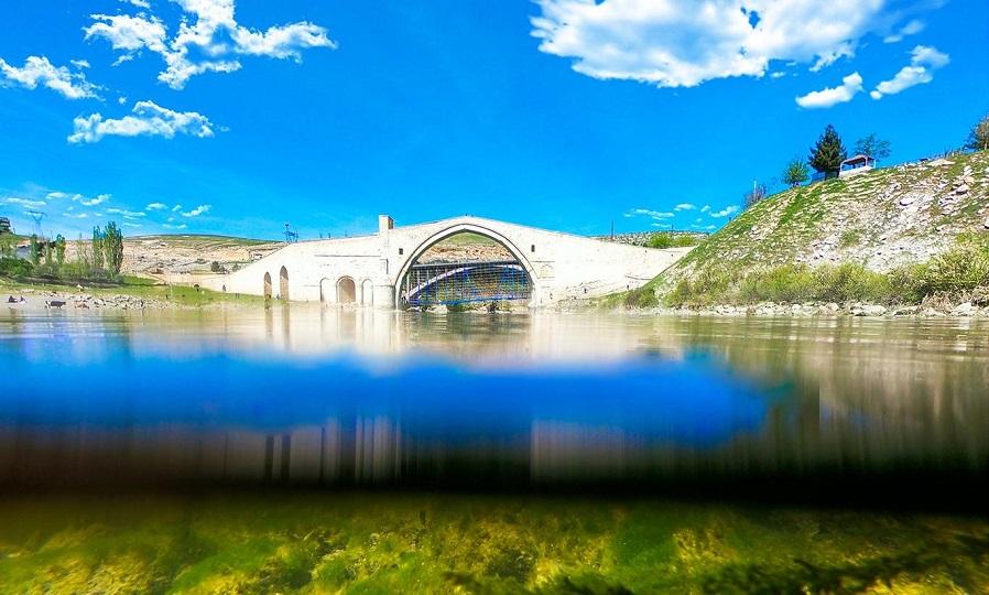 """Artukluların şaheseri """"Malabadi Köprüsü"""" dimdik ayakta"""