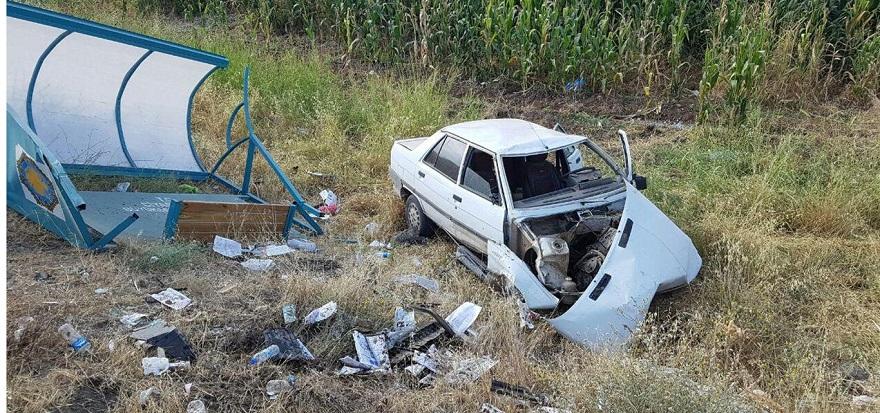 Otomobil durağa çarptı: Bir yaralı