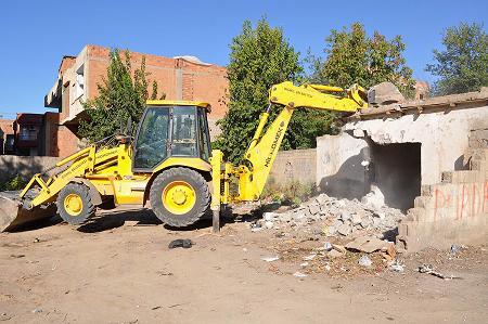Madde bağımlısı gençlerin barınağı olan harabe evler yıkılıyor