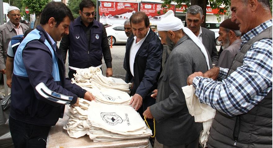 Bismil'de plastik torbalara karşı bez çanta dağıtıldı