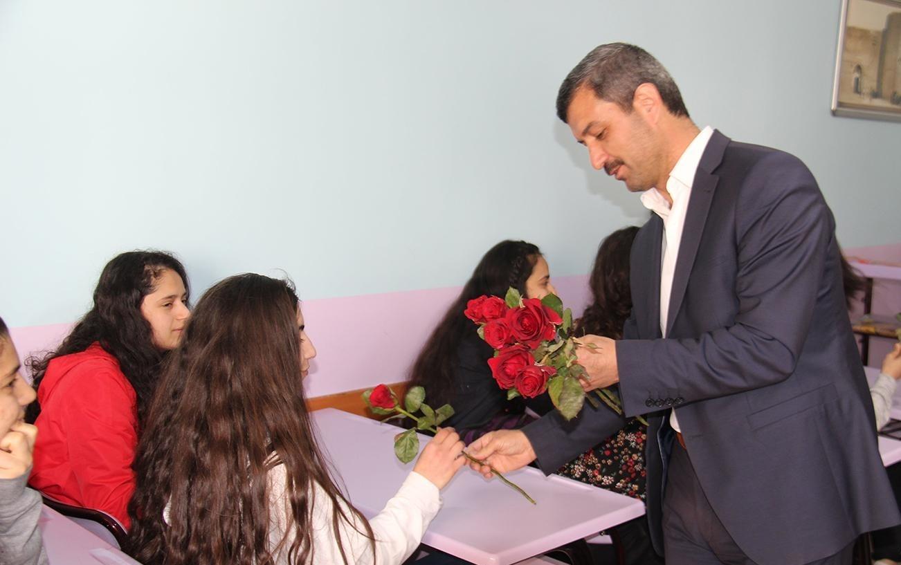 Öğrenciler gül ile etkinliğe davet edildi