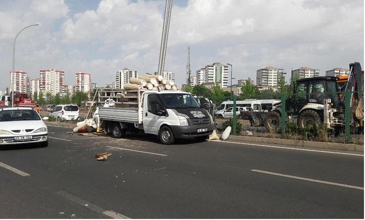 Arı kovanı yüklü kamyonet devrildi: 2 yaralı