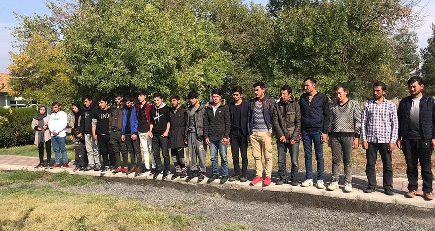 Yol kontrolünde mültecileri bırakarak kaçtı