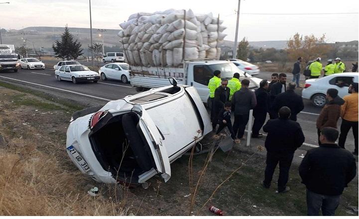 Üç aracın karıştığı kazada 2 kişi yaralandı