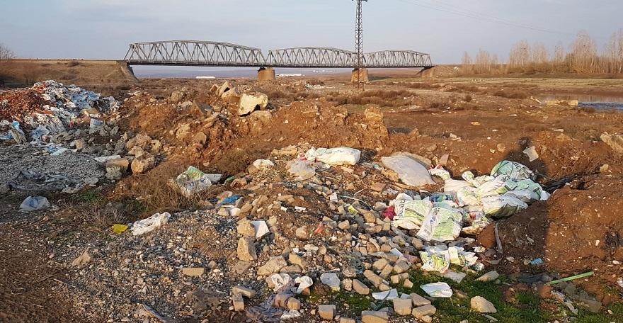 Bismil Karaköprü mevkiisi moloz ve çöpten geçilmiyor.