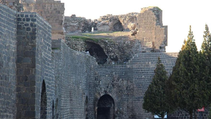 """""""Surlardan taş söküp satmak Diyarbakır tarihine ihanettir"""""""