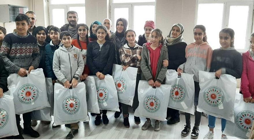 Diyarbakır'da ihtiyaç sahibi öğrencilere giysi yardımı yapıldı