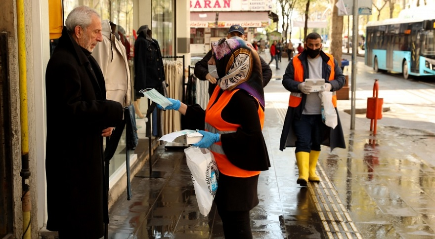 Büyükşehir Belediyesi günlük 61 bin koruyucu maskeyi ücretsiz dağıtıyor
