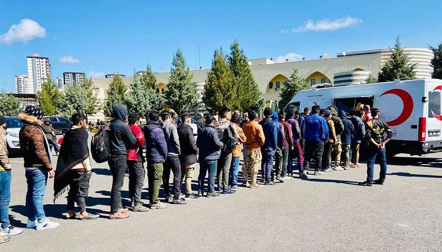 Diyarbakır'da 750 düzensiz göçmene sıcak yemek dağıttı
