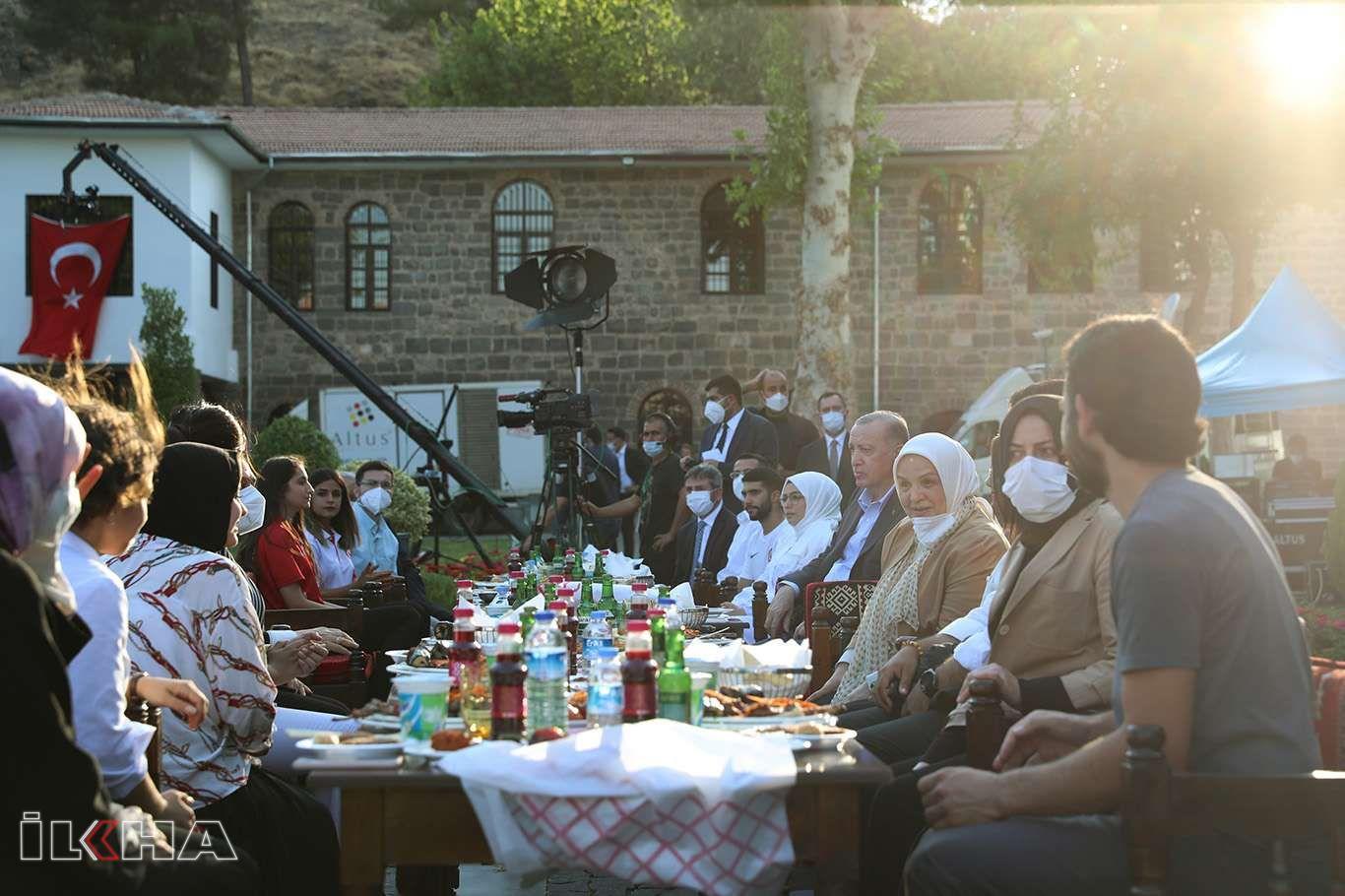 Cumhurbaşkanı Erdoğan gençlerle Diyarbakır'da bir araya geldi