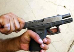 Silahı cebinden düşünce yakalandı