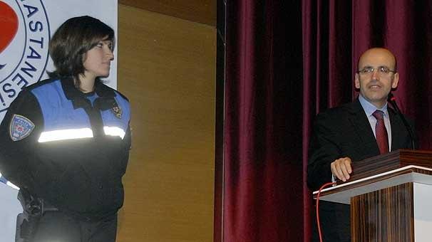 Kadın polisten Bakana kürtçe karşılama