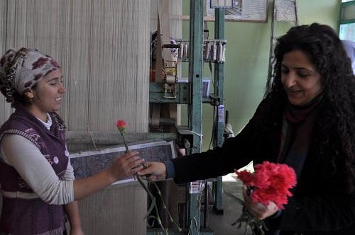 İlçedeki Kadınlara 8 Mart Karanfili Dağıtıldı