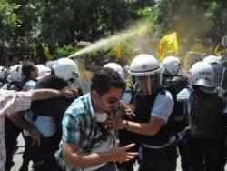 Polis memur eyleminde biber gazı kullandı
