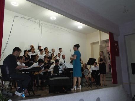 Bismil'de öğretmenler korosunun verdiği konser büyük ilgi gördü.