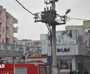 Trafonun yangında önemli ölçüde zarar görmesi nedeniyle kente elektrik yarın öğle saatlerine kadar dönüşümlü verilecek