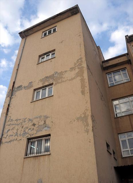 Ergani'de hasar tespiti yapılan okul yıkıldı