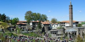 Güneşli havayı fırsat bilen Diyarbakırlılar sahabe türbelerine akın etti
