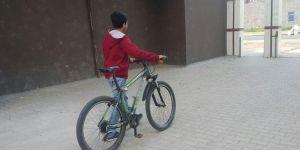 Çaldıkları bisikleti internetten satmaya çalışınca yakayı ele verdiler