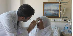 Katarakt ameliyatıyla görmeye başladılar