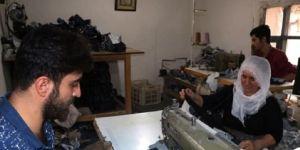 EŞİ TARAFINDAN TERKEDİLDİ, KURDUĞU ATÖLYEYLE HAYATA TUTUNDU  Diyarbakır'ın Bismil ilçesinde yaşayan ve 15 yıl önce eşi tarafından terk edilen Hanı