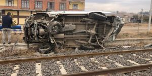Tren otomobile çarptı: 2 yaralı... Kaza anından şok görüntüler...